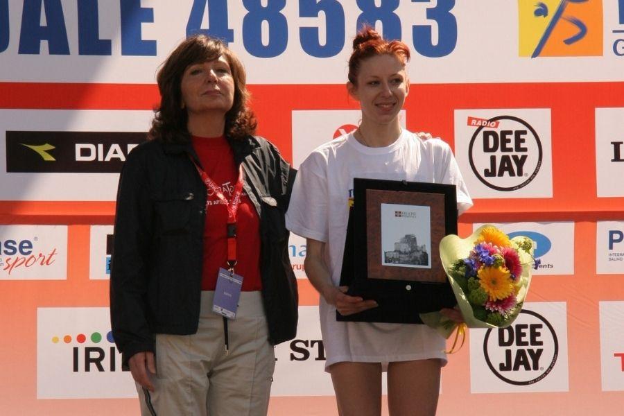Vincenza Sicari-premiazione Maratona Torino 2008 (foto archivio)