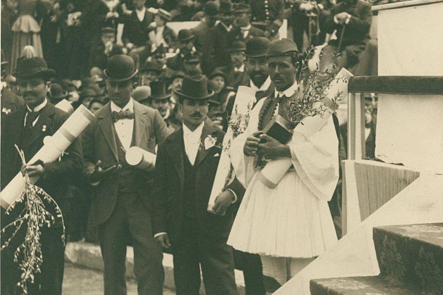 Spyridon Louis (Premiazione maratona olimpica 1896 foto Albert Meyer)